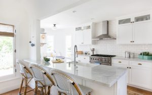 WHITE KITCHENS WITH WELL-DESIGNED ISLAND FULL OF IDEAS AND SOLUTIONS