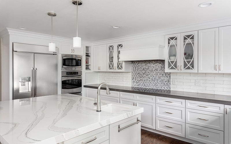 White kitchen with central island in white